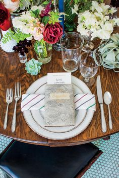 The Place Setting - Book Club Table Setting - Southernliving. Balance out a busy centerpiece by keeping the place setting simple and classic. Lindsay combined her grandmother's formal silver-rimmed china and flatware with quirkier star-etched crystal.
