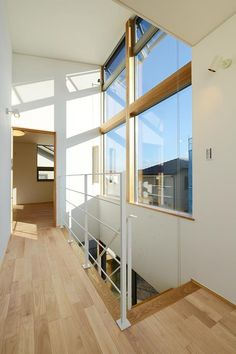 H-R house:2階ホール。大きめの連窓からたくさん光が入ります。