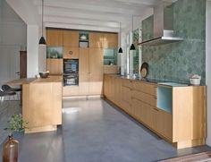 Kitchen in oak designed by Else-Rikke Bruun, built by Nicolaj Bo. // Snedkerkøkken i egetræ med nicher i farvet laminat.