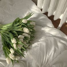 Find images and videos about white, flowers and green on We Heart It - the app to get lost in what you love. Flower Aesthetic, White Aesthetic, Aesthetic Vintage, Simple Aesthetic, Icon Girl, Wild Flowers, Beautiful Flowers, White Tulips, White Tulip Bouquet