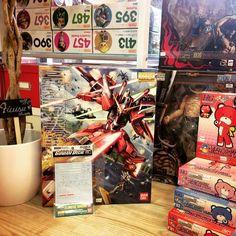 Hasta este sábado por la compra de Infinite Justice Gundam podrás llevar los Decal Gundam de REGALO!!!! Para que el amor por el Gunpla se note (_ )/