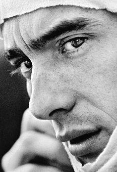 Ciò che fin dall'inizio mi colpì di Ayrton fu lo sguardo. Credo rispecchiasse la sua anima immensa, con quegli occhi che puntavano sempre all'infinito. Non credo in Dio. Ma questa è l'unica persona che finora mi ha messo il dubbio. Con la sua esistenza ha scritto una favola, un sogno, una poesia che per sempre rimarrà indelebile nel cuore di tutti. Grazie Ayrton.