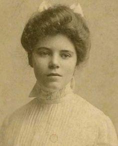 Alice Paul fue una de las mujeres que trabajaban en el siglo XX para los derechos de las mujeres a votar. Ella ayudó a encontrar fiesta nacional de la mujer .