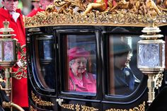 Pin for Later: Les Moments les Plus – et les Moins – Royaux de la Reine Elizabeth II Moment Royal: Quand Elle Se Promène en Carosse Doré