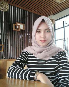 Artika Sari Beautiful Girl with Hijab - Hijaber Manja Girl Hijab, Hijab Outfit, Muslim Fashion, Hijab Fashion, Cool Girl, Cute Girls, Beautiful Blonde Girl, Islamic Girl, Beauty Full Girl