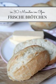 Brötchen selber backen: Rezept für schnelle Sonntagsbrötchen Bun recipe: These Sunday buns are made quick and easy. Baking the bun does not take an hour. Already you have fresh bread on the tab Food Cakes, Easy Cake Recipes, Bread Recipes, Quick Recipes, Snacks Sains, Baked Rolls, Bun Recipe, Fresh Bread, Cookies Et Biscuits