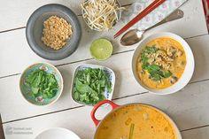 In dieser Thai-Curry-Suppe vereinen sich zwei meiner liebsten Gerichte: Thai-Curry und Suppe :-).Die Inspiration und Rezeptvorlage kommt von dem wunderbaren Foodblog Krautkopf, der seit geraumer Zeit ganz oben in meiner Bookmark-Liste zu finden ist.Tolle Rezeptideen und noch tollere Inszenierung und Photographie! Deren Thai-Kokos-Suppe hatte uns schon