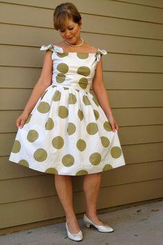 Cette robe correspond à un patron butterick déjà épingle sur mon tableau de bord. Bonne idée en noir à pois blanc !