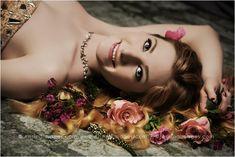 Stunning Senior Pictures with flowers. So pretty and elegant! #arisingimages #pose #seniorpics #model #flowers #beautiful