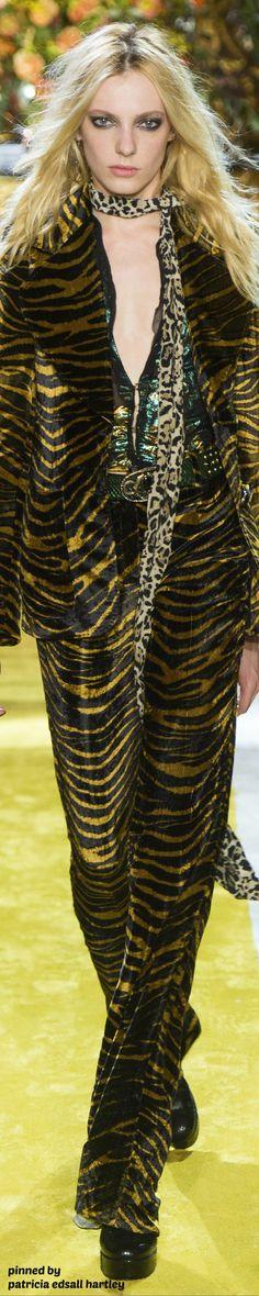 Roberto Cavalli Fall 2016 RTW Animal Print Outfits, Animal Print Fashion, Animal Prints, Safari Fashion, Roberto Cavalli, Vogue Fashion, Fashion Show, Gold Fashion, Monochrome Outfit