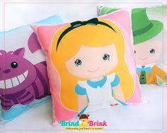 Lembrancinha de Aniversário Alice no País das Maravilhas. Presentei seus convidados de forma diferente. Almofadas Personalizadas Alice é na Brind Brink.