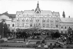 Piata Libertatii (egykor Deák tér), ünnepség a Dacia (egykor Pannónia) hotel előtt. Satu Mare - Szatmarnemeti