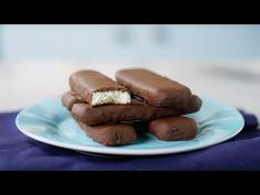 Recipe with video instructions: Minus the almond, these are just pure joy. Ingredients: 4 cups grated coconut without added sugar, cup condensed milk, 1 cup chopped semisweet chocolate, Milanesa, Sweets Recipes, Candy Recipes, Yummy Recipes, Yummy Food, Coconut Macaroons, Macarons, Nutella, Cookie Dough Desserts