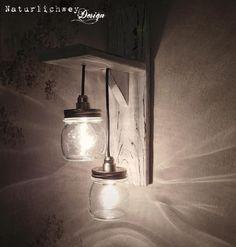 Dieses Objekt ist handgefertigt!  An einem Holzgestell (shabby-weiß) hängen in unterschiedlichen Höhen, zwei Einmachgläser (Mason-Jar). In den Gläsern sind Fassungen (E14) montiert. Das Gestell...