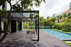 Private Villa Renovation by MM architects (3) Galeria exterior de madera y vidrio sobre deck de madera