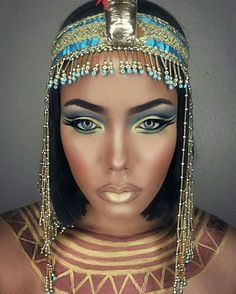Halloween is almost here! It's the time to start thinking about your costume and makeup. We have found 45 pretty DIY Halloween makeup looks. Costume Halloween, Cool Halloween Makeup, Halloween Makeup Looks, Halloween Kostüm, Pretty Halloween, Cleopatra Halloween, Cleopatra Costume, Nefertiti Costume, Cleopatra Makeup