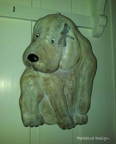 Hund med øyenstikke - Rødstua Design AS Dere, Lion Sculpture, Statue, Design, Pet Dogs, Sculptures, Sculpture
