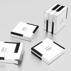 MARAIS Piano cake packaging is a gift packaging for cakes (financier). The  picture shows the 15-cake size box.  Usually, gift boxes simply line up all the cakes neatly. However, our boxes  of individually wrapped cakes are different. We cut costs by focusing on  only one design, and in making