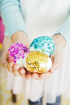 Four cool ways to decorate Easter eggs - for kids! Great DIY ideas to make with toddlers or kids of all ages. If you love awesome Easter activities, try these with your littles! Plastic Easter Eggs, Easter Egg Dye, Easter Bunny, Easter Bonnets, Easter Crafts, Holiday Crafts, Easter Ideas, Easter Projects, Spring Crafts