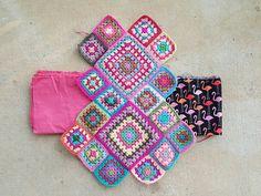 crochet squares with lining fabric, crochetbug, flamingo palette, crochet purse, flamingo fabric Crochet Diy, Love Crochet, Crochet Gifts, Crochet Handbags, Crochet Purses, Crochet Bags, Crochet Square Patterns, Crochet Squares, Flamingo Fabric