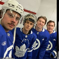 Justin, was fully decked out in shoulder pads and hockey pants as he and Jaxon, posed with Toronto Maple Leafs stars Mitch Marner, Tyson Barrie and Auston Matthews. Jaxon Bieber, Justin Bieber Pics, Hockey Pants, Mitch Marner, Maple Leafs Hockey, Pittsburgh Penguins Hockey, New York Islanders, Poses For Photos, National Hockey League