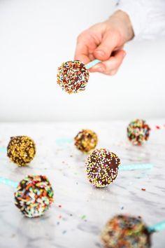 Cake Pops przepis - przepis Marty Candy Pop, Cake Pops, Nutella, Sprinkles, Breakfast, Morning Coffee, Cakepops, Cake Pop, Stick Candy
