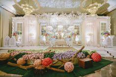 Kombinasi Cantik Pernikahan Adat Jawa dan Minang di PUSDAI Bandung - BEE_9560 (800x533) Wedding Stage Decorations, Table Decorations, Geek Wedding, Wedding Ideas, Indonesian Wedding, Event Organiser, Beautiful Flowers Garden, Amazing Weddings, Stage Design