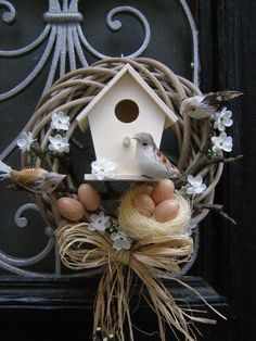 Attractive Easter Wreaths that looks Fancy & Captivating - Ethinify Spring Crafts, Holiday Crafts, Easter Wreaths, Christmas Wreaths, Bird House Kits, Diy Ostern, Deco Floral, Summer Wreath, Diy Wreath