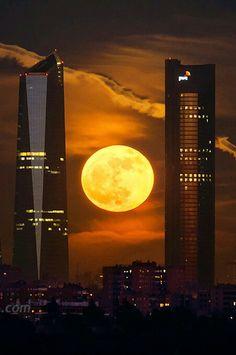 Dos de las cuatro torres de Madrid y la superluna. - 2 of the 4 Towers in Madrid, Spain and the SuperMoon. Beautiful Moon, Beautiful World, Beautiful Places, Beautiful Pictures, Shoot The Moon, Moon Pictures, Over The Moon, Spain Travel, Albania