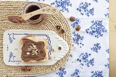 DIY:Schokcreme: Wenn es die morgens aufs Brot gibt, dann kann der Tag ja nur gut werden Das kommt rein: 250g Haselnüsse 3 TL Vanille-Extrakt 30g Kakao Pulver 60g Zucker oder vergleichbare Alternativen 2 TL (gestrichen) Salz 2 EL Öl 125ml Mandelmilch So wird's gemacht: Schritt 1: Haselnüsse auf einem Backblech verteilen und bei 200°C […] Nutella, Dessert, Kakao, Vanilla, Almond Milk, Sugar, Sheet Pan, Vegane Rezepte, Brot