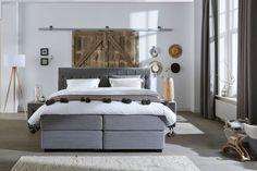 Haal een luxe landelijk lodge gevoel in huis met Swiss Sense Boxspring Capella Falco én rustieke houten schuifdeuren. // Swiss Sense @ Villa ArenA