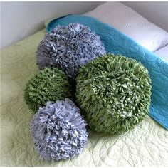 Pom Pom Pillows made from old t shirts. No tutorial but I bet you could use t shirt yarn and standard pom pom procedures on a large scale. Recycled T Shirts, Old T Shirts, Recycled Rugs, Tee Shirts, Crafts To Do, Crafts For Kids, Arts And Crafts, Sewing Crafts, Sewing Projects