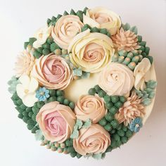 Buttercream Flowers on a cake. Learn how to make these at our workshop in London!