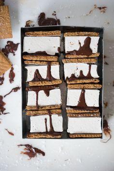 Espresso Honey S& Espresso Graham Crackers Honey Marshmallow dark chocolate s'mores Köstliche Desserts, Summer Desserts, Delicious Desserts, Dessert Recipes, Campfire Desserts, Homemade Desserts, Homemade Breads, Smores Dessert, Dessert Chocolate