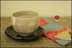 和風手繪粉引白筆刷抹茶杯,日式茶杯,煎茶杯組+木質大杯墊(茶托)/杯子尺寸:H7.2×ø10cm /材質:陶磁  ★售價NT$780元★郵資65元