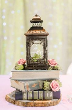If you are booklovers, if you are having a book-themed wedding or just like books and want to incorporate them into your wedding, book wedding centerpieces . Book Centrepiece Wedding, Vintage Wedding Centerpieces, Lantern Centerpieces, Centerpiece Ideas, Vintage Book Centerpiece, Centerpiece Flowers, Flower Arrangements, Antique Wedding Decorations, Wood Slice Centerpiece