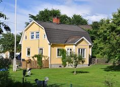 Old gambrel roof yellow house in Sweden on large country lot with white trim. Yellow House Exterior, Black Exterior, Sweden House, Cape Cod Style House, Modern Townhouse, Gambrel Roof, Victorian Style Homes, Stucco Homes, Mediterranean Style Homes