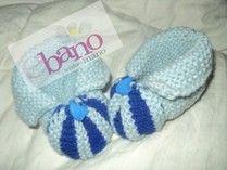 Escarpín tejido con forma de pantufla color celeste y azul (Knit baby booties slipper shaped, color light blue and blue)