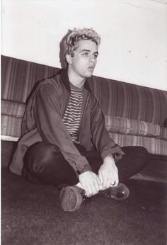 Green Day: Before the Dookie Flew' offers a rare look at Green … A rare shot of Billie Joe Armstrong backstage from Michael Sharon's collection Gorillaz, Punk Rock, Green Day Band, Green Day Billie Joe, Jason White, American Idiot, Blink 182, School Pictures, Photo Wall Collage