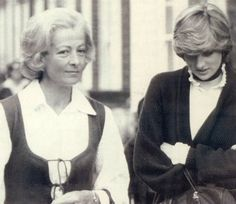 May Lady Diana Spencer with her mother, Frances Shand Kydd. (Date source: daily express edition of 28 May Diana and her mother drove to designer Bill Pashley's home studio in Battersea ) Princess Diana Fashion, Princess Diana Family, Princess Caroline Of Monaco, Royal Princess, Princess Of Wales, Spencer Family, Lady Diana Spencer, Princesa Diana, Isabel Ii