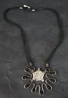 Zdzaj Turtle Necklace – Noor Design  Noor Design in Köln verkauft einzigartige handgefertige Produkte - Taschen aus hochwertig verarbeitetem Leder, Schmuck, Accessoires und Lampen aus Messing und versilbertem Messing - die in Kairo angefertigt werden. www.noor-design.me