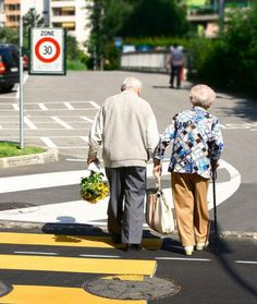 Old Couples Still in Love - My Modern Metropolis Couples Âgés, Vieux Couples, Elderly Couples, Couples In Love, Cute Old Couples, Sweet Couples, Mature Couples, Movie Couples, Romantic Couples