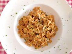 Pasta met rode pesto   Dit lekkere pasta recept vind je op Alles Over Italiaanse Eten