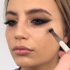 Love this makeup look by hacks for teens girl should know acne eyeliner for hair makeup skincare Makeup Trends, Makeup Inspo, Makeup Tips, Beauty Makeup, Makeup Style, Makeup Geek, Contour Makeup, Eyeshadow Makeup, Brown Eyeshadow