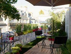 Balkon Markise Sichtschutz  Blumenkästen Holzboden Rasen