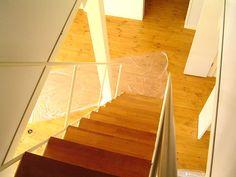 上から見下ろしている鉄骨階段