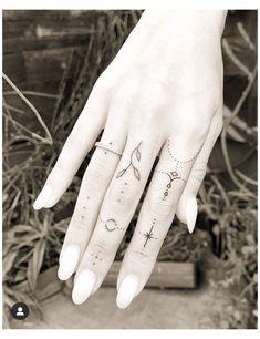 Hand And Finger Tattoos, Simple Hand Tattoos, Simple Finger Tattoo, Finger Tattoo For Women, Finger Tattoo Designs, Hand Tattoos For Women, Finger Tats, Dainty Tattoos, Simplistic Tattoos