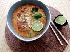 Soupe thaï  au curry, lait de coco, nouilles et poulet Thai Red Curry, Ethnic Recipes, Food, Rice Noodles, Grilled Chicken, Chicken Schnitzel, Cooker Recipes, Cream Soups, Essen