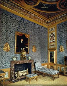 This Baroque 17th century style identifies floral wallpaper and gold trimmings. A strong design element used is high ceiling and gold edging. The fire place is a big influence in this image giving the room structure. The colour of wall is inspiring to me because they have matched it with the colour of the furniture giving this room a bit of cemetery.