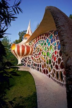 Nautilus Mosaic House designed by Javier Senosiain of Arquitectura Organica. Located near Mexico City. Unusual Buildings, Colourful Buildings, Amazing Buildings, Art Et Architecture, Organic Architecture, Beautiful Architecture, Creative Architecture, Classical Architecture, Nachhaltiges Design